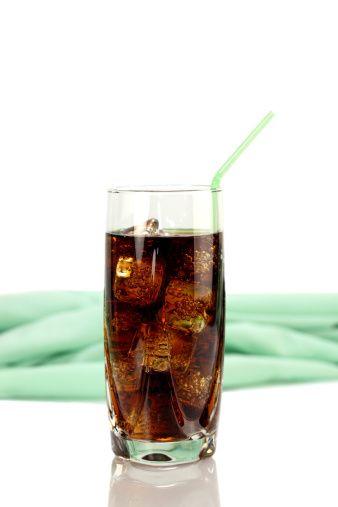 Gazlı içeceklere dikkat!  Gazlı içecekler; şeker, renklendiriciler, asit ve kafein gibi bileşenlerden oluşur. Kalori ve şeker içeriği hayli yüksektir. 1 bardak normal kolada ortalama 110 kalori, diyet kolada ise ortalama 0.3 kalori vardır. Fakat diyet kola da yüksek oranda tatlandırıcı içermektedir. Tatlandırıcının aşırı tüketilmesi de sağlık açısından zararları olabilir.   Gazlı içecek tüketme alışkanlığı olanlar eğer kilo veya şeker problemleri yok ise diyet kola veya gazoz, yoksa normal kola veya gazozu günde 1 bardağı geçmemek üzere tüketebilirler.