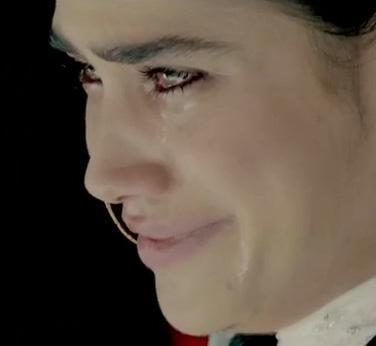 Müjdat Gezen Sanat Merkezi'nde eğitim gören Miroğlu ilk ciddi oyunculuk denemesini de bu diziyle yapıyor.