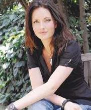 Bir döneme damgasını vuran Suna Yıldızoğlu'nun kızı olan Yasemin Kay Allen, daha önce Elif adlı dizide rol aldı..
