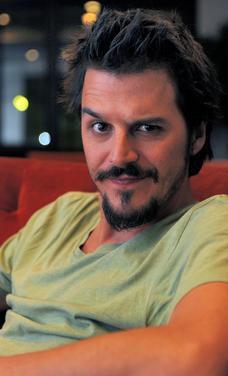 GÜZEL OLDUĞUM İÇİN ROL KAYBETTİM  Türkiye'nin Johnny Depp'i olarak anılan Mehmet Günsur da yakışıklı görüntüsünden her zaman memnun değil.