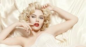 HERKES KIVRIMLARIMDAN SÖZ EDİYOR, PEKİ YA BEYNİM  Güzelliğiyle sinemanın efsanesi Marilyn Monroe'nun tahtına aday gösterilen Scarlett Johansson, dış görünüşünün nimetlerinden sonuna kadar yararlanıyor.
