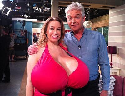Göğüslerini estetikle büyüten 35 yaşındaki kadına olumsuz eleştiriler yapıldığı gibi övgüde bulunanlar da oldu.