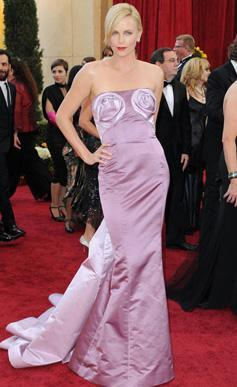 Hollywood'un Oscar ödüllü yıldızı Charlize Theron kırmızı halıya çıktığında bütün bakışları üzerinde topluyor.