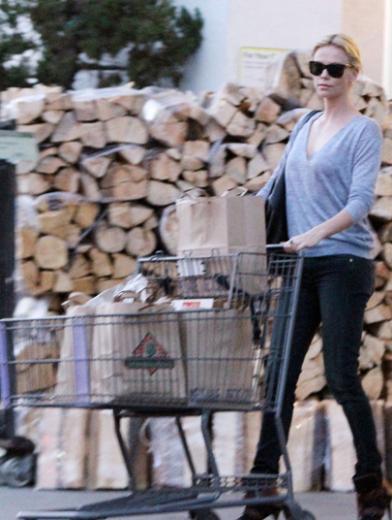 Gerekirse de alışverişe çıkıyor.