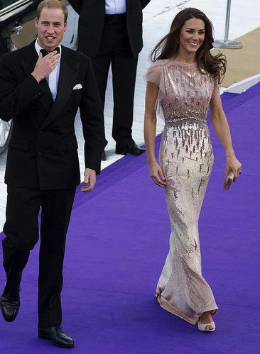Düşes Catherine, Prens William ile evlendi. Konumu gereği sık ık şık giysiler içinde davetlere katılıyor.
