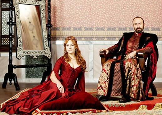 İzlenme rekorları kıran Muhteşem Yüzyıl bir dönem dizisi... Bu yüzden de oyuncuların kostümleri de dekorlar da Kanuni Sultan Süleyman dönemine uygun hazırlandı.