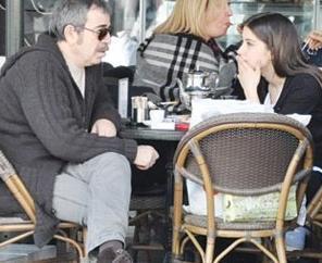 Kimi zaman da bu karede olduğu gibi eski rol arkadaşlarıyla kahve sohbeti yaparken.