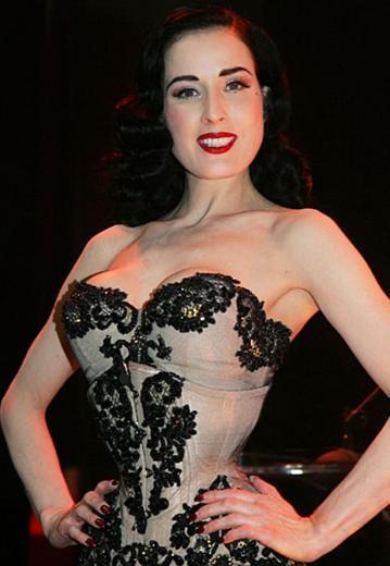 Burlesk yıldız Dita Von Teese, sahnede her zaman göz alıcı giyiniyor.