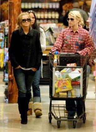 Ama gündüz bir markete alışverişe gittiğinde de son derece rahat giyiniyor.