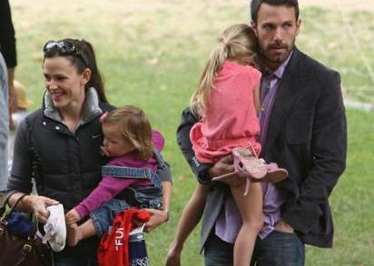 Ama iş aile yaşantısına gelince onlar da milyonlarca anne baba gibi.