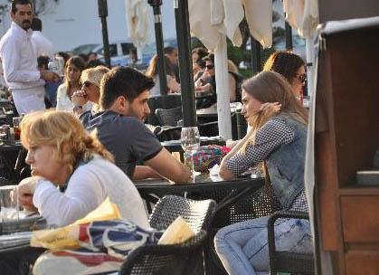 Sayışman ve Sarıkaya kimi zaman da bir kafede romantik sohbetler yaparken görüntüleniyor.