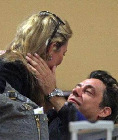 Bir süre önce evlenen Kate Moss ve Jamie Hince'in havaalanı romantizmi.
