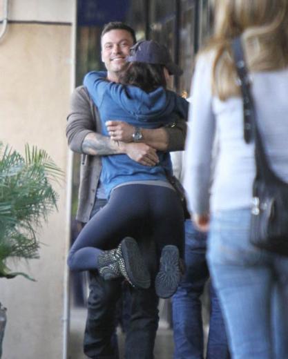 Kocasıyla öğle yemeği için buluşmaya giden ünlü yıldız bir anda onu görüne koşup boynuna atladı.