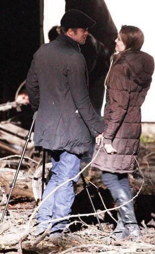 Macaristan'daki çekimler sırasında sete ziyarete giden Pitt kamera arkasında Jolie'ye dakikalarca sarıldı.