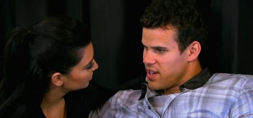 """Kardashian bir röportajında """"Kris bana hiç durmadan 'Koca popolu' ve 'aptal' diye hitap ediyordu. Beni toplum önünde küçük düşürüyordu"""" dedi."""
