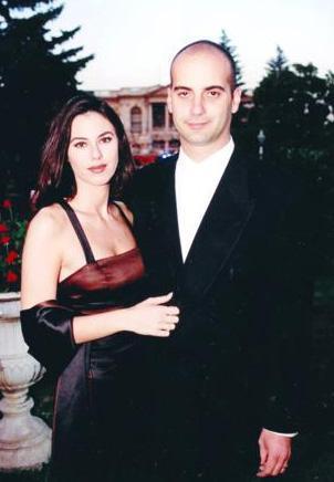 Çift; 14 yıllık evliliklerini oldukça olaylı bir biçimde sonlandırarak yollarını ayırdı. Sonra da medya aracılığyla birbirleriyle kavgaya tutuştu.