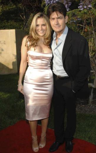 Ancak Sheen'in bu evliliği de iyi gitmedi. Ünlü aktörün boşanmak isteyen karısının boğızanı bıçak dayayıp onu yatağa bağladığı iddia edildi.   Sheen, daha önce de karısına şiddet uyguladığı için gözaltına alınmış ve kefaletme serbest bırakılmıştı. Mueller'den boşanan Sheen'in adı daha sonra bir hayat kadınıyla ünlü bir otelde yaşadığı skandalla gündeme geldi.   Bu olayların ardından rol aldığı Two and a Half Men adlı diziden kovulan Sheen, iki sevgilisiyle aynı evde yaşıyor.