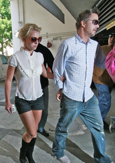 Spears son dönemde Jason Travick ile ilişki yaşıyor. En azından şimdilik hayatında her şey yolunda görünüyor