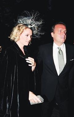 NE BADİRELER ATLATTILAR AMA... 1996'nın yaz aylarında bir arkadaşları aracılığıyla tanışan Rumeli Holding'in veliahtı Cem Uzan ve Alara Koçibey 5 Kasım 1997'de Amerika'da sade bir nikahla evlendi. Çiftin iki çocuğu dünyaya geldi.