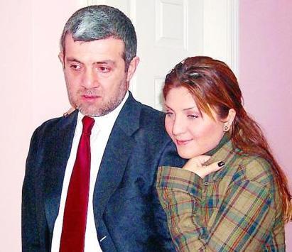 Sibel Can 2000 yılında evlendiği, oğlu Emir'in babası Sulhi Aksüt'le yılan hikayesine dönen bir ayrılık yaşadı.
