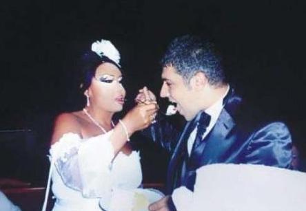 İkili az sayıda konuğun katıldığı romantik bir törenle dünyaevine girdi.