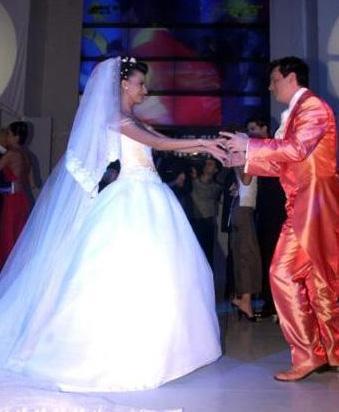 Podyumların en gözde çiftlerinden Yüksel Ak ve Şenol İpek podyumda gerçekleştirilen düğünle 2002 yılında evlendi.