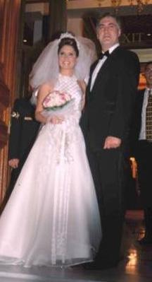EVLİLİK SKANDALLA BİTTİ Oyuncu Tamer Karadağlı, kendisi gibi oyuncu olan Arzu Balkan ile Çırağan Sarayı'nda gerçekleştirilen düğün töreni ile 2002 yılında dünya evine girdi.