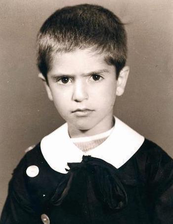 1969'da Bingöl'de doğan Mahsun Kırmızıgül, inanması zor ama tam 22 çocuklu bir ailenin ferdiydi. İlk ve orta okulu Bingöl'de okudu. Bu fotoğraf o dönemin Mahsun'unu yansıtıyor.