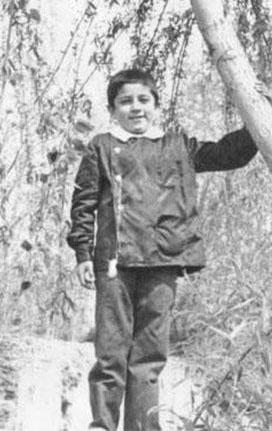 Siyah önlükler içindeki bu çocuk büyüyünce öyle yakışıklı oldu ki..
