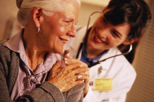 Başarı oranları ne kadar artıyor bu şekilde?  Bundan 5 yıl önce karaciğer metastazı ile gelen hastanın tedavisi mümkün değildi. Ancak bugün sadece karaciğer metastazı ile başvuran hastalarda genetik testlerle uygun kemoterapi ve uygun molekülü seçebilirsek bu hastaları da şifaya kavuşturabiliyoruz.   Kolon kanserinde kişiye özel tedaviyle ciddi bir yol kat edildiğini söyleyebiliriz. Yakın zamanda yeni hedefli tedavilerle birlikte başarı oranları giderek artacaktır.