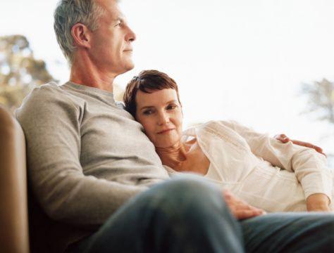 Kolon kanserinin belirtileri nelerdir?  Öncelikle kolon kanserinin önlenebilir bir hastalık olduğunu unutmayalım. Çünkü kolonoskopi ile erken evrede teşhis edilebiliyor. Kolon kanseri 5, 10,  15 yıllık periyotlarla ilerliyor. Bu nedenle 50 yaşından sonra tüm kadın ve erkeklere önerim 5 veya 10 yılda bir kolonoskopi yaptırmaları.   Ancak ailenizde kolon kanseri vakası varsa 50 yaşından önce kolonoskopi yaptırmalısınız. Yani ailenizde kolon kanserine yakalanılan yaştan 10 yıl önce yaptırmak gerekiyor. Eğer ailede 40 yaşında kolon kanserine yakalanan biri varsa 30 yaşında kolonoskopi yaptırmak uygun olur.   Kolon kanserinin belirtileri ise;  Dışkılamanız normal değilse ve düzensizleşmişse, dışkıda kan varsa, karın bölgenizde tarif edilemeyen bir ağrı varsa kolonoskopi yaptırmanızı öneririm.