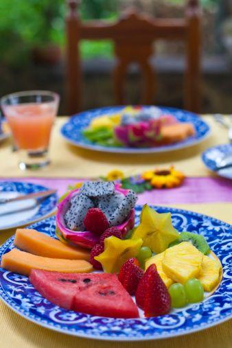 Günde 5 porsiyon meyve sebze!  Kolon kanserinden korunmak için ne yapmamız gerekiyor?  Kalın barsak kanseri riskini azaltmak adına şanslı bir coğrafyada yaşıyoruz. Akdeniz tipi beslenme burada çok önemli. Yani günde 5 porsiyondan az olmamak kaydıyla sebze ve meyve yemek çok önemli. Zeytinyağlı tüketimini ön planda tutarak et tüketimini haftada iki ya da üç porsiyon ile sınırlı tutmak ve hayvansal yağ tüketimini minimuma indirmek gerekir. Ayrıca, ülkemizde oldukça fazla yapılan mangalda et pişirme alışkanlığından vazgeçmemiz gerekiyor.  Mangal, mide ve kolon kanseri riskini tetikliyor. Tuzlanmış gıdalardan uzak durmak da önemli. İşlenmemiş ham gıdaları tüketmek kalın barsak riskini azaltıyor. Bütün kanserlerde olduğu gibi, ideal vücut kitle indeksinin yani kas/yağ oranının korunması ve egzersiz yapmak da kolon kanserini önlemekte oldukça önemli!  Günlük 30-40 dakikalık yürüyüşler yapmak bunun için yeterli. Özel bir yiyecek önermiyorum ancak her türlü meyve ve sebzeyi mevsiminde ve taze olarak tüketmek gerekiyor.