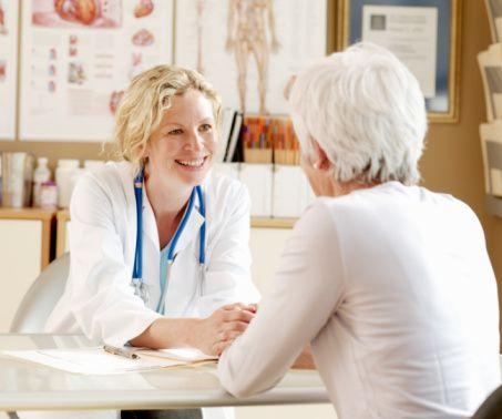 """""""Kişiye özel kanser tedavisi"""" ile neyi kastediyorsunuz? Genlerin özelliklerine bakılarak kişiye özel bir tedavi mi uygulanıyor?  Moleküler genetik özellikleri tanıdıkça, bildikçe daha uygun bir tedavi uygulayabiliyoruz. Bu şekilde hem hastanın tedavi şansı artıyor hem de tedaviden kaynaklanan yan etkiler minimuma iniyor."""