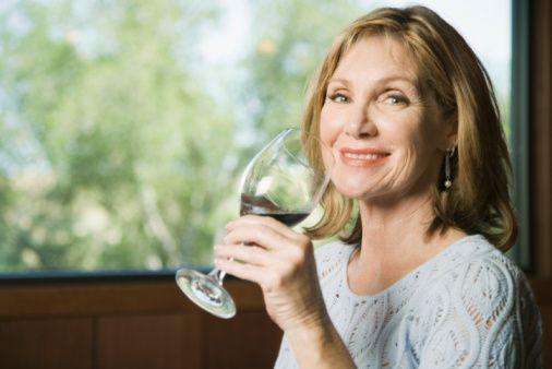 """""""Bende akdeniz mutfağını öneriyorum!""""  Nelere dikkat etmek gerekir?  Alkol almak ve egzersiz yapmamak en büyük risk faktörlerindendir. Haftada iki kez en az 20 dakika yürüyüş yapmak ve alkol alımını minimumda tutmak bile bizi kolon kanserinden korur.   Kolon kanserinde sağlıklı yiyecekler yani Akdeniz diyeti önemli! Taze sebze ve meyve tüketilmesini öneriyorum."""