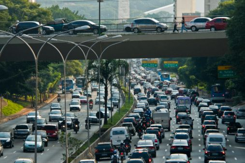 8. Feci trafik vardı  Türkiye sınırlarında yaşanan her tür gecikmede kullanılabilecek bir yalandır. Özellikle büyük şehirlerde trafiğin hayatı bir anda nasıl felç ede- bileceğini herkes biliyordur. ınanılır.