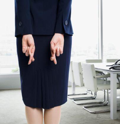 """23. Çok mükemmeliyetçiyim  Genelde iş görüşmelerinde kullanılan bir yalandır. Kendinizi tarif ederken, en kötü yanınızın çok mükemmeliyetçi olduğunuzu söylersiniz. Karşı taraf da """"Vay be…"""" der ve CV'deki referanslara bakmaya başlar."""