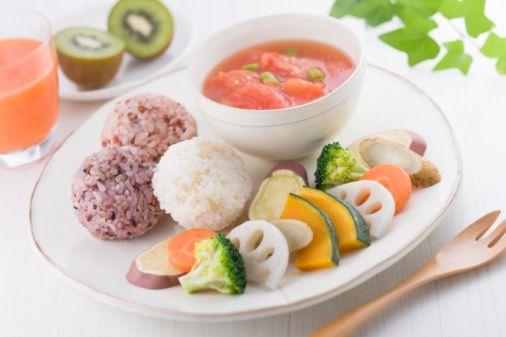 Tokluk için 15 öneri  1- İştahınızı dizginleyin, daha az yersiniz. Düşük enerji yoğunluklu yiyecekler daha az kaloriyle iştahınızı bastıracaktır.  2- Su içeriğinin yüksek olmasına bakın: çorbalar, sebzeler, meyveler