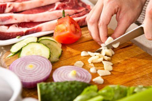 12- Ara öğünlerde en sevdiğiniz meyveyi seçin ya da sebze çubuklarını deneyin.   13- Çorba ve tencere yemeklerinize fazladan sebze ekleyin.