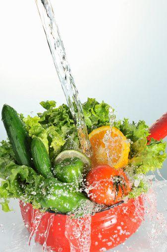 3- Az yağlı seçenekleri tercih edin, çünkü kalorilerin çoğu yağlardan gelir.   4- Lif oranı yüksek yiyecekler seçin: tam gıdalar, meyve ve sebzeler. Bu tür yiyecek- ler midenizde şişer, tokluk hissetmenizi sağlar.