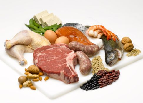 Açlığı geciktirmenin bir başka  anahtarı da proteindir. Proteinden  yana zengin gıdalar genelde yağlı ya da karbonhidrat oranı yüksek gıdalara göre, daha doyurucudur. Protein  yüklü gıdalar arasında yağsız et, balık, baklagiller, tofu ve kabuklu yemişler bulunur.