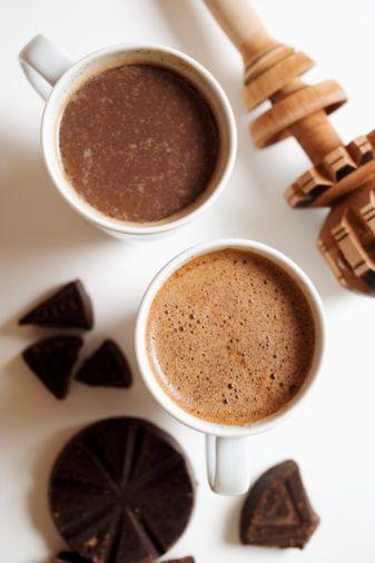 """Faydalarıyla kakao  Kalp, felç, kanser ve diyabet riskini azaltıyor. Çekirdeğinde bulunan """"flavanol"""" maddesi beyne fazla oksijen gitmesini sağlıyor ve ileri yaşlardaki bellek sorunlarını azaltıyor. İdrar söktürücü etkisi olduğu gibi hazmı kolaylaştırıyor.   Bağırsak ve idrar yolu spazmlarını çözümlüyor. Göğüs ucunda oluşan çatlak ve yaraların azalmasında etkilidir. Uyarıcı etkisiyle yorgunluğu giderir ve vücuda dinçlik verir. Yağı vücuda sürüldüğünde güneşin zararlı etkilerini azaltır, cilt koruyucu olarak görev yapar. Çikolatanın kalori sorunu yaratmasından ötürü yoğun çikolata yerine kakaoyu tercih edin.   Kaynak: Milliyet"""