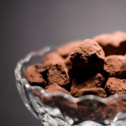 Dünyanın en lezzetli antioksidanı  Kakao, kırmızı şaraba oranla iki, yeşil çaya oranla üç kat daha fazla antioksidan madde içeriyor.  Su ve baharatla karıştırıldı, dinsel ayinlerde kullanıldı. Yağı üretildi bronzlaştırdı. Süte katıldı, tozu ve yağı karıştırılınca dünya harikası çikolata ortaya çıktı. Her haliyle onlarca fayda sağladı, tadı damağımızda kaldı. Ebegümecigillerin bu harika çekirdeği kakao keyif ve mutluluğun ilacı oldu.