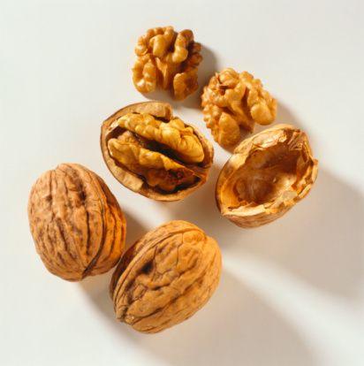"""Ceviz  Ceviz şekil olarak beynin loblarına benzer bir özellik gösterir. Ceviz yüksek oranda omega-3 yağları ile birçok vitamin ve mineral içerir. Bunlar, beynin fonksiyonlarının yerine getirilmesinde yardımcı olurlar."""""""