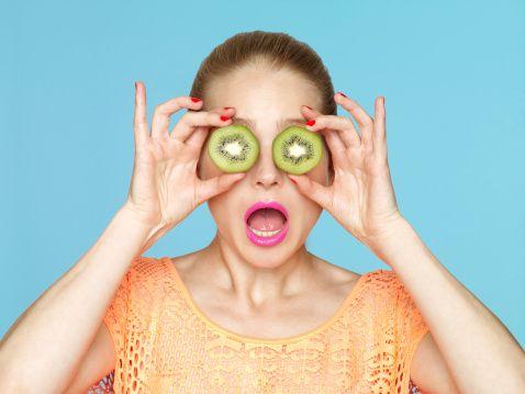 """Kivi  """"Dilimlenmiş kivi göz bebeğine benzerlik gösterir. Kivi, antioksidanlar (E ve C vitamini) ve carotenoidlerce (beta caroten, lutein) zengindir. Lutein, yaşlılığa bağlı ortaya çıkan görme bozukluklarının önlenmesinde önemli yer tutar."""