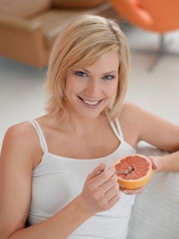 Her yemekle birlikte yarım greyfurt yemek de haftada 450 gram zayıflamaya yardımcı oluyor çünkü greyfurt, yağ depolayan insülin hormonunu düzenliyor!  İngiltere'de yapılan bir araştırma, günde fazladan 14 gram lif tüketenlerin kalori alımını yüzde 10 azalttıklarını gösteriyor. Her yemekle birlikte yarım greyfurt yemek de haftada 450 gram zayıflamaya yardımcı oluyor. Çünkü greyfurt, yağ depolayan insülin hormonunu düzenliyor. Lif bakımından zengin sebzelerin başında lahana, kıvırcık, kabak, mısır ve enginar geliyor...  Ehow.com isimli internet sitesinde yer alan habere göre, kilo vermenize yardımcı öğünler ve yiyecek çeşitleri şöyle: