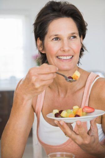 Doyum  Doyum, kendini tok hissetmedir. Yemekten sonra daha fazla memnuniyet hissederseniz, bir sonraki öğünde daha az yersiniz. Kalori yoğunluğu aşırı yemeden tok hissetmenin anahtarıdır.   Kalorisi yoğun olan yiyecekler arasında kabuklu yemişler, peynir, tam tahıllı gıdalar, patates gibi nişastalı yiyecekler, yağlı yiyecekler (ancak bunlar makul ölçüde yenmeli, önerilen porsiyon miktarı aşılmamalı) yer alıyor.  Lifli olan düşük yoğunluklu yiyeceklerle birlikte kalorisi yoğun yiyecekleri az miktarda tüketin. Meyve ve sebzelerin de dahil olduğu düşük yoğunluklu gıdalardan günde en az 3-5 porsiyon yemeye çalışın.