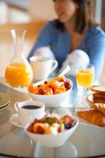 Kahvaltı   Açlığınızı idare edilebilir seviyede tutmak için, günde birkaç kez az az yemek yiyin ve kahvaltının en doyurucu ve tatmin edici öğün olmasına dikkat edin. Kalp dostu bir kahvaltı vücudunuzun iştahı kesen leptin hormonu üretmesine yardım ediyor.   Tam tahıllı gevrek ya da ekmek, bir parça meyve ve yumurta  gibi az yağlı proteinden oluşan bir kahvaltı vücudunuzun yeterince leptin üretmesini sağlayacaktır. Bu da gün boyunca daha az yemek yemenize yardım edecek.