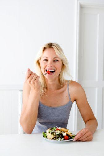 Kaloriler  Kalorili yiyecekler yemek, kilo verme yeteneğinize zarar verebilir. Çünkü vücudunuz metabolizmanızı yavaşlatarak kendisini açlıktan koruyacak. Düşük metabolizmada, vücudunuz vücut yağları yerine kaslardan yakacak. Bu nedenle etkili kilo vermek için dengeli ve sağlıklı beslenmek çok önemli.   Kaynak: Zaman Online