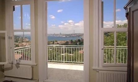 Üç katlı olan ve büyük bir bahçesi bulunan ev İstanbul Boğazı'nın eşsiz manzarasına hakim.