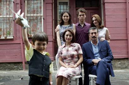 SET PLATOYA TAŞINDI  Kanal D'nin geçtiğimiz sezona damga vuran dizilerinden biri de Öyle Bir Geçer Zaman Ki'ydi.